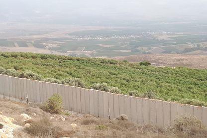 Des collines libanaises qui jouxtent la Ligne Bleue tracée par l'ONU après le retrait israélien de 2000, on aperçoit le mur de séparation construit par Israël et en arrière-plan, des villes israéliennes à quelques kilomètres à peine.