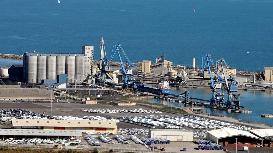 Vue aérienne du port de commerce de Sète