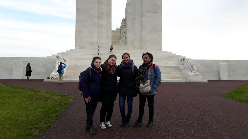 Luciatha étudiante canadienne en Histoire Geo à Lyon (à gauche avec son groupe) a ressenti  une forte émotion à la lecture des noms des soldats canadiens disparus  lors de la prise de la crête  de Vimy.