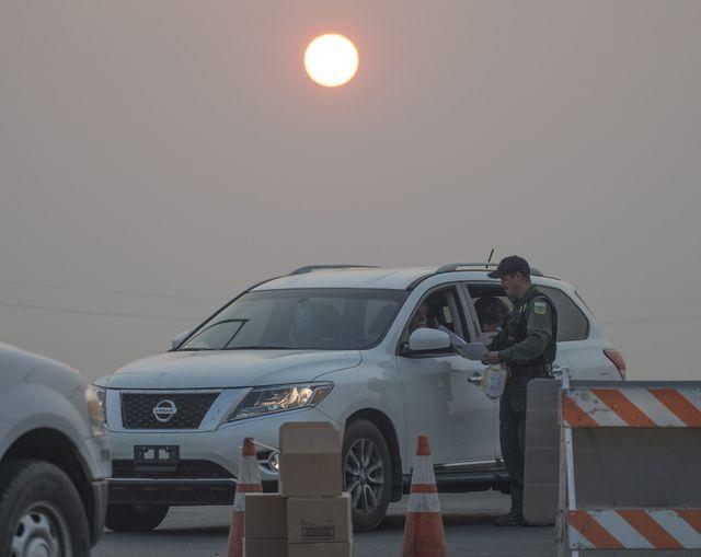 Incendie en Californie : distribution de masques aux habitants partant chercher des objets personnels dans les décombres