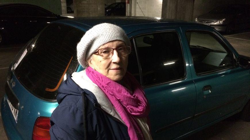 Marie, 71 ans, passe 3 à 4 nuits par semaine dans sa voiture à Puteaux, en attendant de trouver un logement.