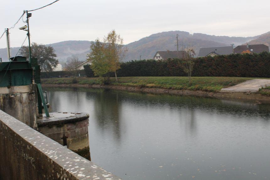 Le niveau de l'eau a baissé de 80 centimètres en haut du barrage de Mathay suite à l'opération de ce samedi