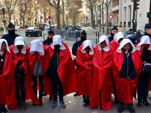 Défilé des servantes écarlates pour défendre la maternité du Blanc.