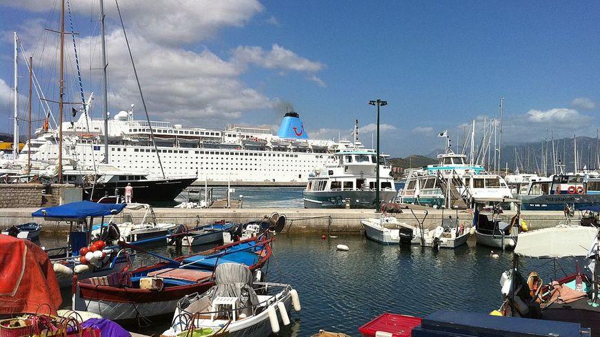 Un navire de croisière dans le port d'Ajaccio