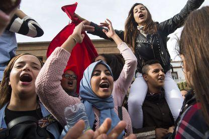 Des élèves marocains protestent contre l'annulation du changement d'heure, devant le Parlement à Rabat, le 12 novembre 2018.