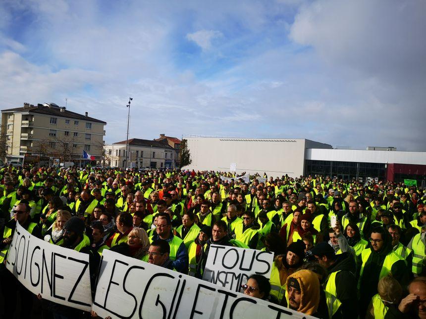 Les gilets jaunes devant le cinéma de Rochefort.