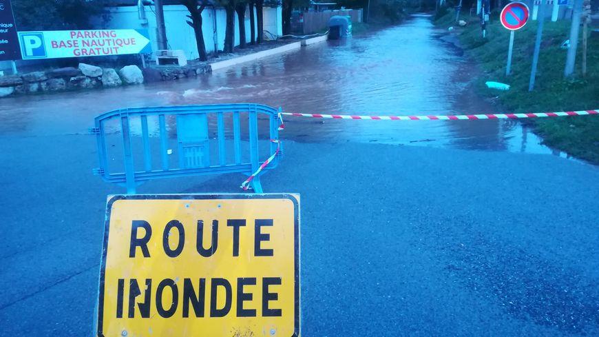 De nombreuses routes sont inondées dans le Var.