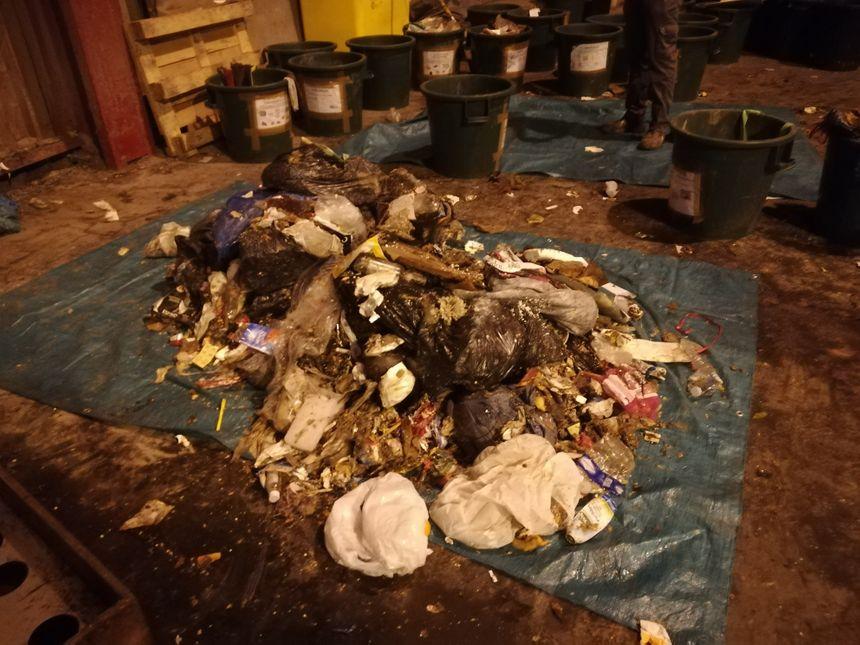 Des sacs poubelles collectés au Castellet avant d'être inspectés par les ingénieurs