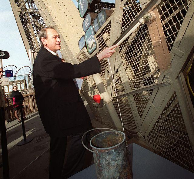 """27 novembre 2001, le maire de Paris Bertrand Delanoë donne le premier coups de pinceau de couleur """"brun Tour Eiffel"""""""