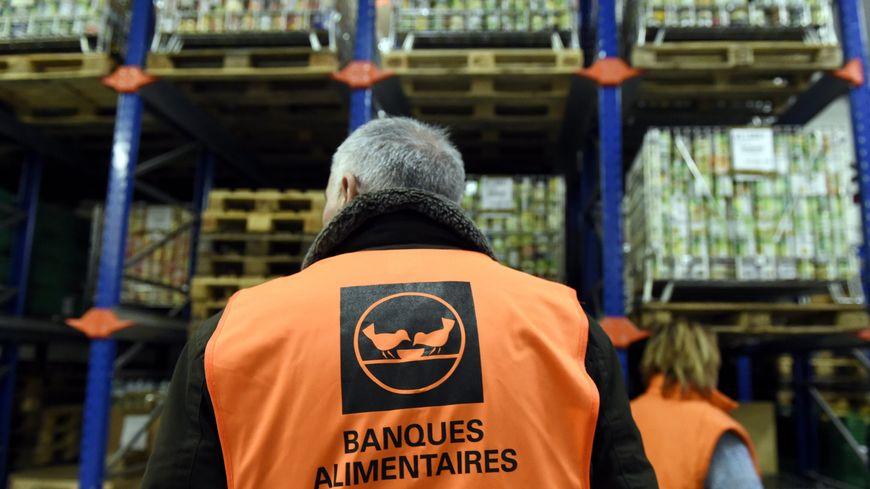 """Les bénévoles, en gilets oranges, ont peur que les blocages des """"gilets jaunes"""" empêchent les Français de donner, cette année."""
