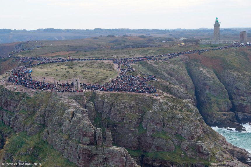 Un départ devant des milliers de spectateurs massés au Cap Fréhel, entre Saint-Brieuc et la Baie de St Malo