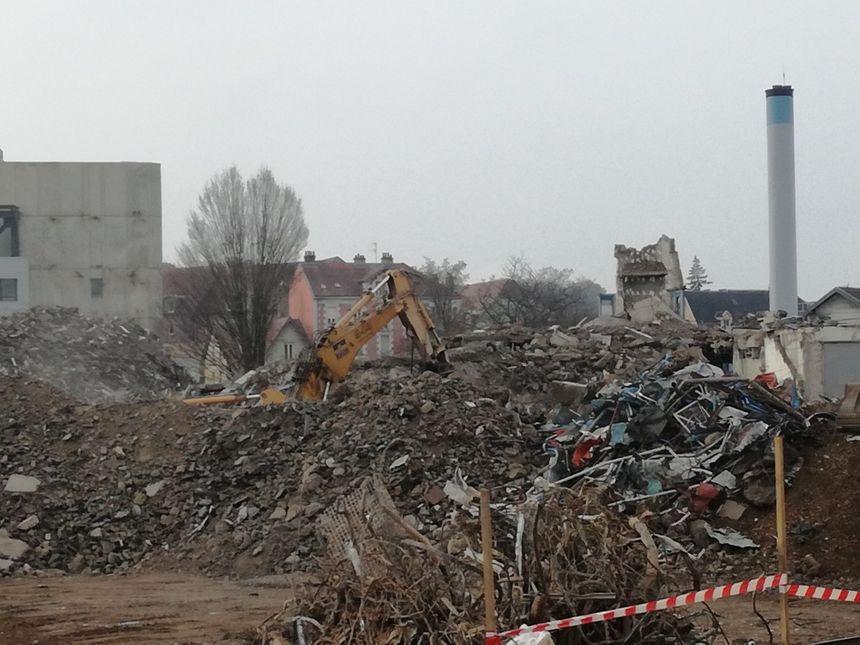 Des gravats à perte de vue sur la friche de l'ancien hôpital de Belfort