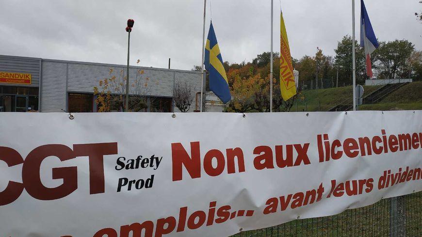 L'une des banderoles devant l'usine Sandvik à Fondettes