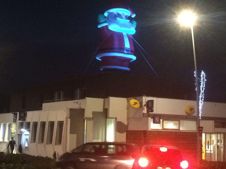 C'est devenu une grande interrogation chaque année. Où sera installé l'immense père Noël gonflable à Tulle ? C'est sur le bureau de poste de Souilhac qu'il passera les fêtes 2018