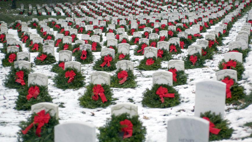 L'association Wreaths Across America dépose depuis 7 ans des couronnes de Noël sur chacune des tombes du cimetière d'Arlington (USA)