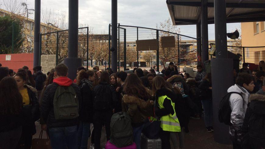 Des lycéens du Parc Impérial à Nice rassemblés devant leur établissement