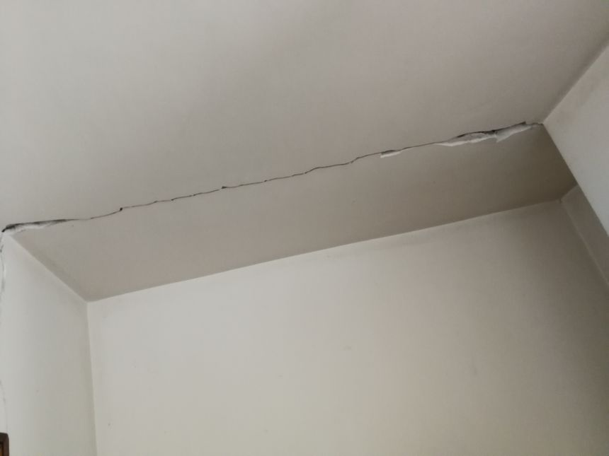 Dans les toilettes chez Josette une faille traverse le plafond
