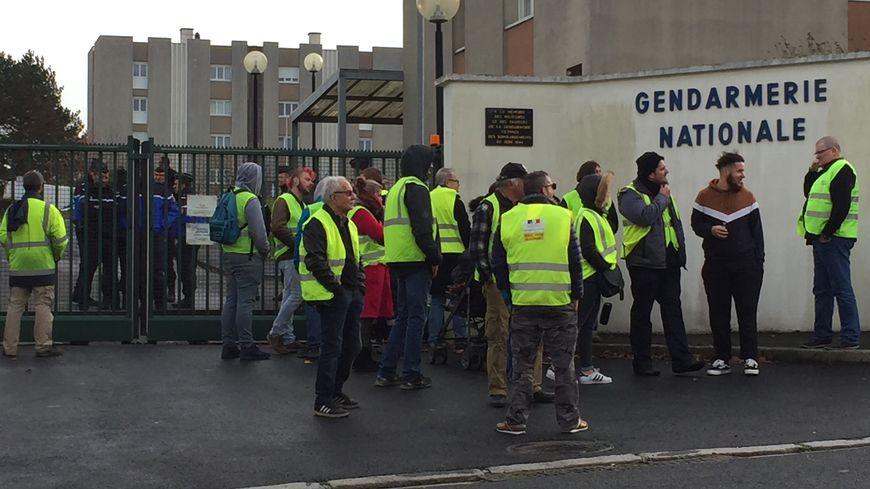 Une trentaine de gilets jaunes sont venus soutenir les ex-de l'A84 convoqués à la gendarmerie.
