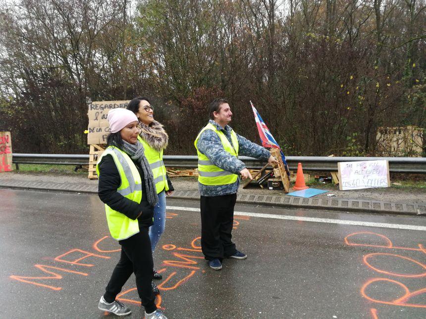 """Trois """"Gilets Jaune"""" bloquent la circulation à Chevigny-Saint-Sauveur"""