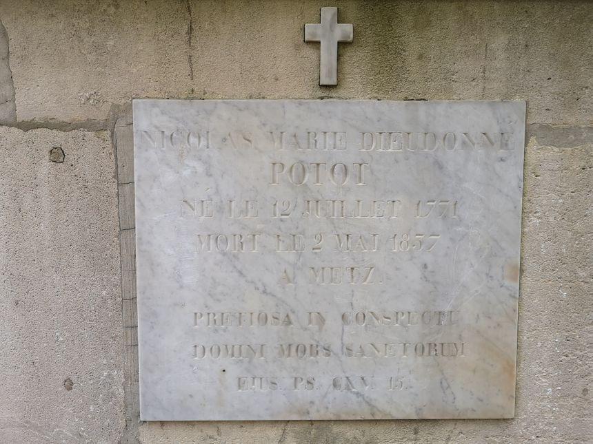 La plaque sur le monument