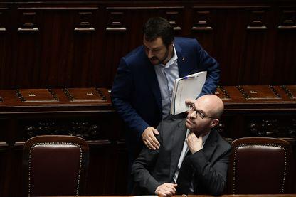 Le ministre de la Famille et du Handicap Lorenzo Fontana, (assis) avec le Premier Ministre Matteo Salvini (6 juin 2018)