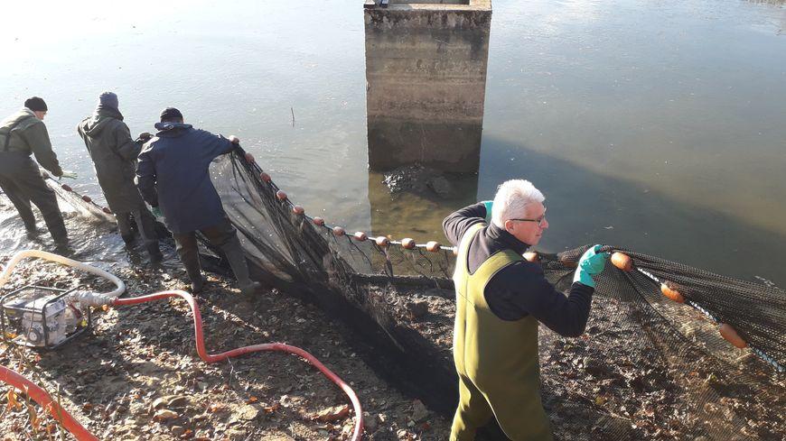 Une dizaine de pêcheurs ont étendu un filet dans le plan d'eau de Parigné-l'Évêque
