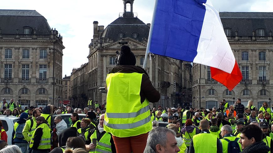 Les gilets jaunes rassemblés dans le centre-ville de Bordeaux ce samedi, malgré l'interdiction préfectorale.