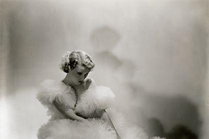 """L'actrice française Annabella photographiée en 1920 pour le magazine """"Vogue"""""""