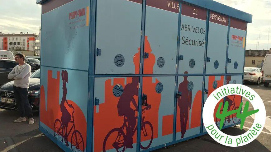 Des boites à vélos en face de la gare de Perpignan.