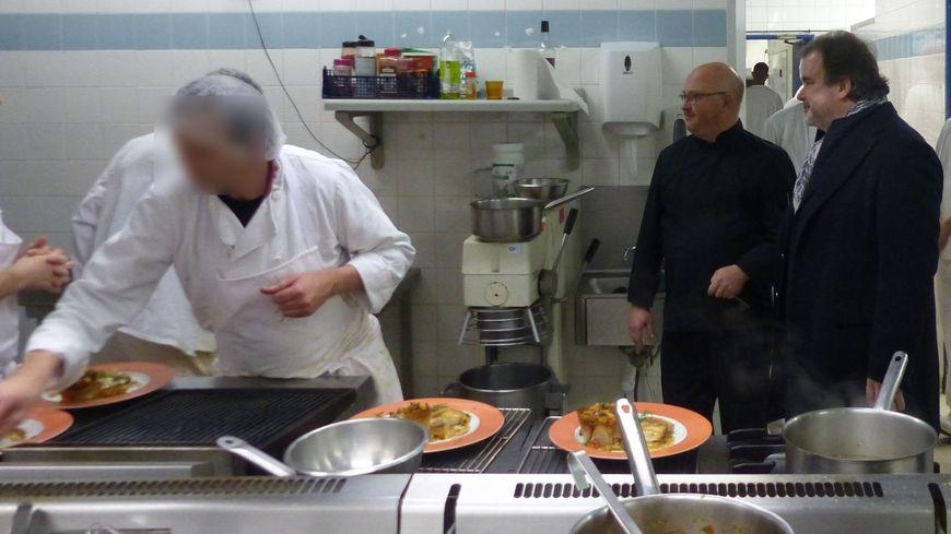 Le meilleur pâtissier du monde Pierre Hermé, dans les cuisines de la maison d'arrêt de Périgueux