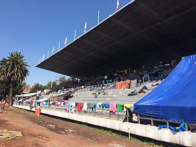 Environ 5500 personnes sont hébergées dans des tentes installées par les autorités locales dans le stade Palillo Martínez, près de l'aéroport de Mexico