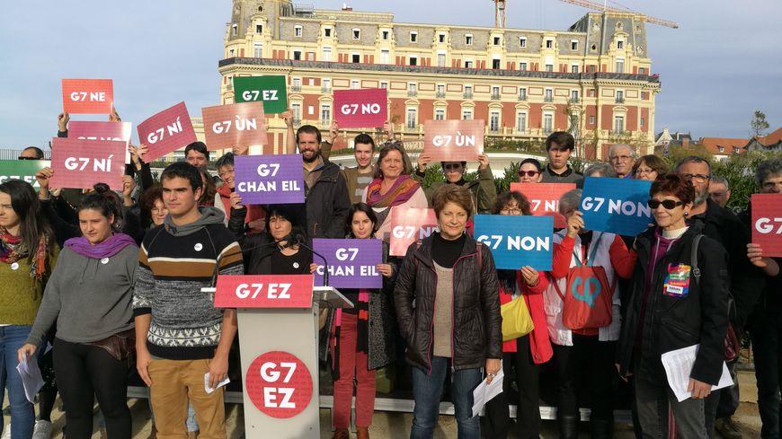 Les premiers signataires de l'appel pour un autre monde devant l'hôtel du palais de Biarritz où se tiendra le G7
