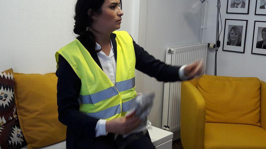 """La députée de la Manche Sonia Krimi a porté le gilet jaune """"en soutien symbolique"""" au mouvement"""