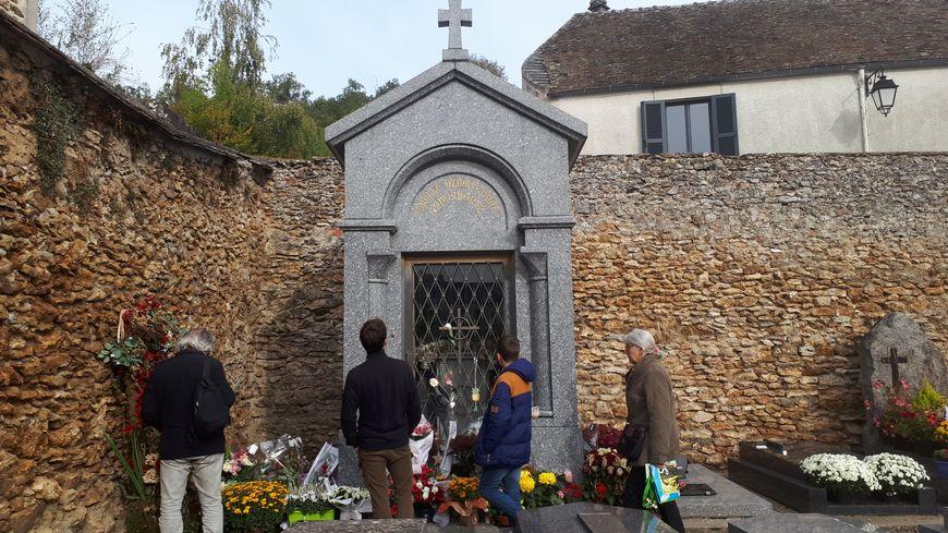 Des visiteurs passent en continu devant le caveau de la famille Aznavour pour se recueillir sur la tombe du chanteur.