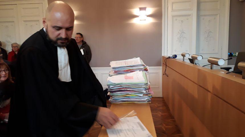 Maître Costa a apporté à l'audience ses 137 dossiers dans plusieurs valises et les a disposés à la barre