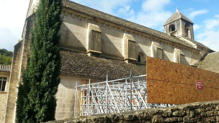 L'abbaye de Sénanque en péril. Des contreforts provisoires en place.