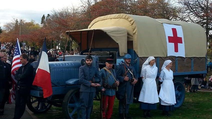 Une réplique d'ambulance de 1917, infirmières et poilus, à Bayonne ce dimanche matin.