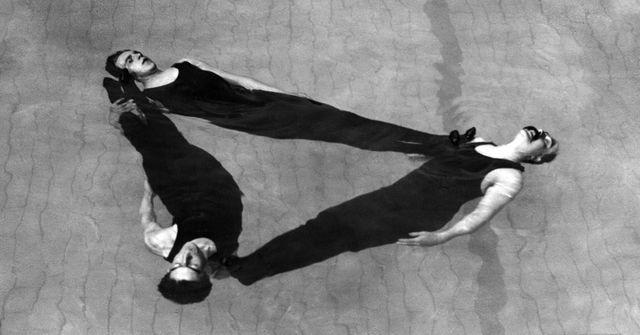 Figure de natation synchronisée, réalisée par l'équipe masculine The Austin Group, lors d'une représentation de natation artistique en 1911. Photographie de Chas. J. L. Clarke, publiée dans le journal Berliner Illustrirte Zeitung.