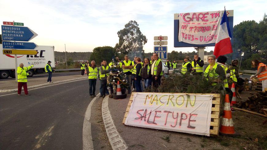 Les gilets jaunes du Boulou, dans les Pyrénées-Orientales, ont installé un sapin de noël sur le lieu de la manifestation.