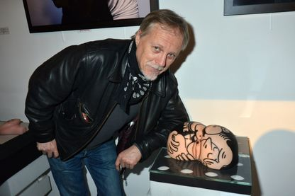 """Franck Margerin, posant à côté de son oeuvre """"Calin au Clair de Lune Fesses Piment Rose"""" lors de son exposition """"Oh! My Gode"""" à la Galerie Hubert Konrad, le 20 novembre 2012 (Paris)."""