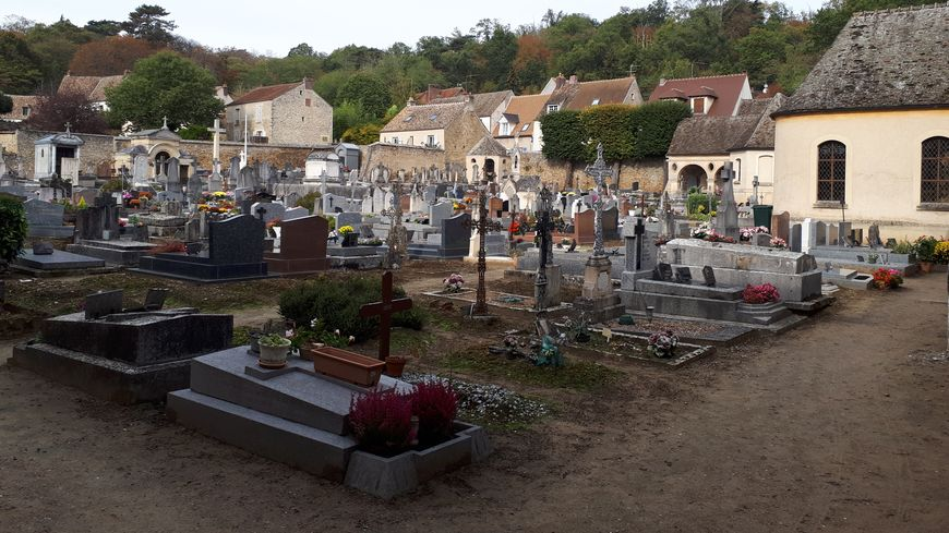 Le cimetière de Montfort l'Amaury ne ressemble à quasiment aucun autre cimetière en France. La tombe de Charles Aznavour est tout au bout, à gauche dans le cimetière.