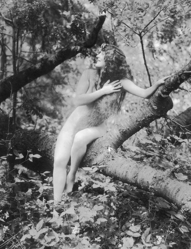 """La nageuse et actrice australienne Annette Kellerman (1886-1975), dans le film muet """"A Daughter of the Gods"""", d'Herbert Brenon, en 1916. Scène de nudité qui a fait vive polémique à l'époque !"""