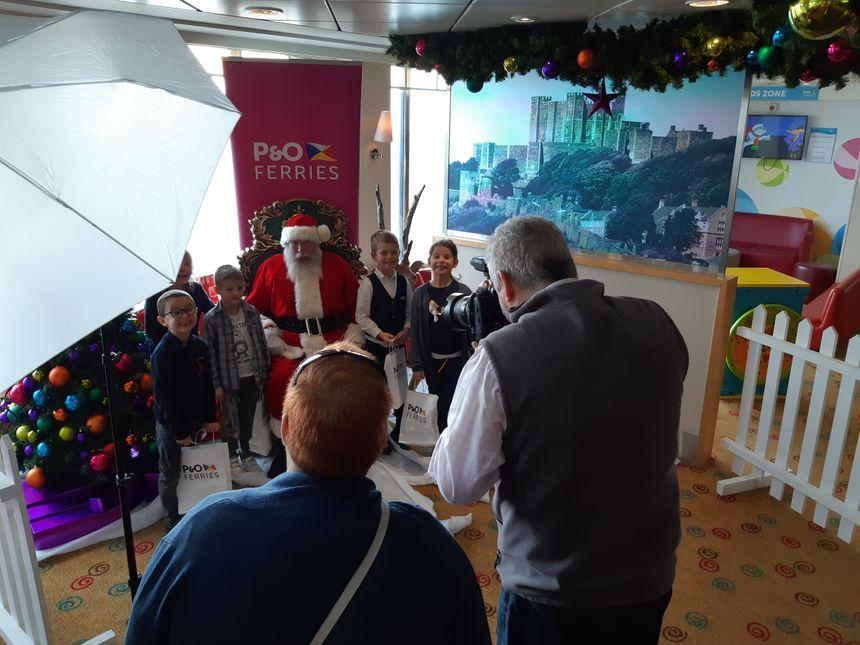 Santa-Claus s'est prêté au jeu des photos avec les enfants