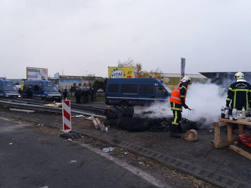 Opérations de nettoyage ce matin au rond-point de la porte d'Espagne sur le périphérique-sud  de Caen