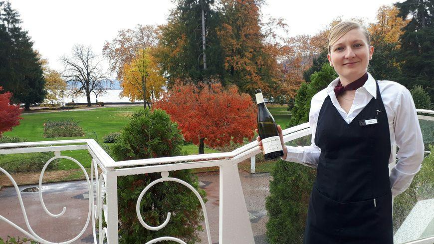 """Isabelle Mabboux sur la terrasse du restaurant """"La Voile"""" au bord du lac d'Annecy"""
