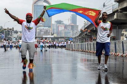 11 novembre 2018 : joie des coureurs arborant le drapeau national érythréen lors de la première course Ethiopie-Érythrée pour la paix et la réconciliation (10 km) à Addis-Abeba.