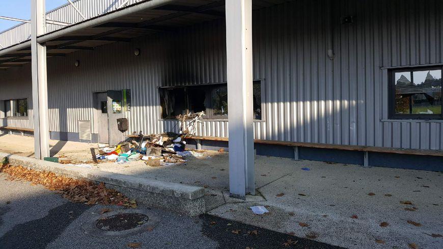 Au total, 62 fenêtres du lycée ont été brisées.