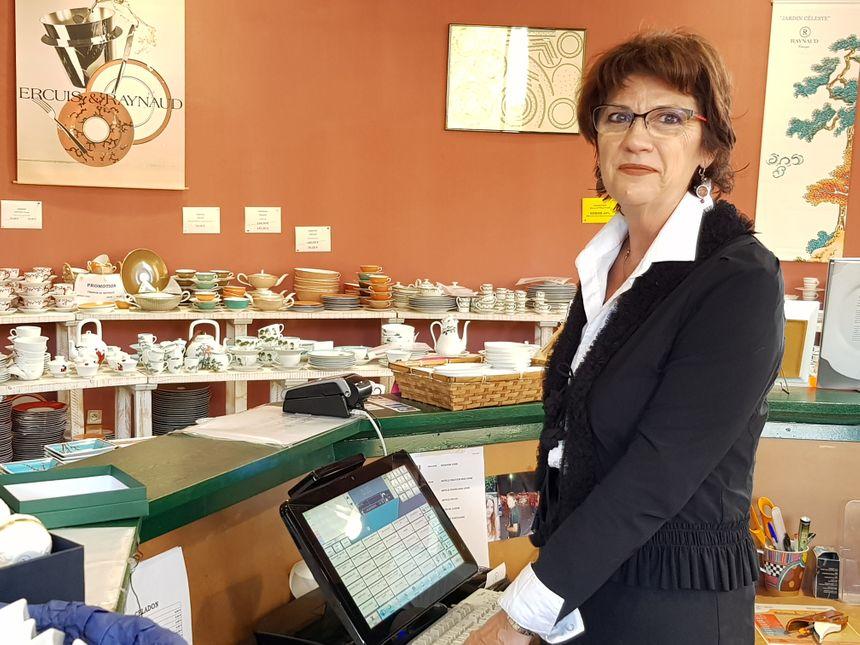 Christiane sur la photo (40 ans de maison) et Sylvie sont des visages connus du magasin d'usine Raynaud à Limoges
