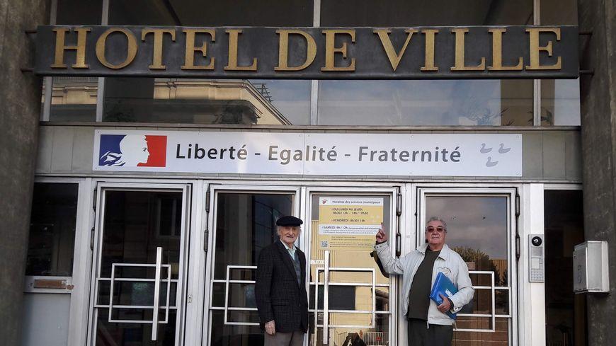 Charles Geisler et Bernard Revolon devant la mairie de Schiltigheim où la devise républicaine a été ajoutée en 2017.
