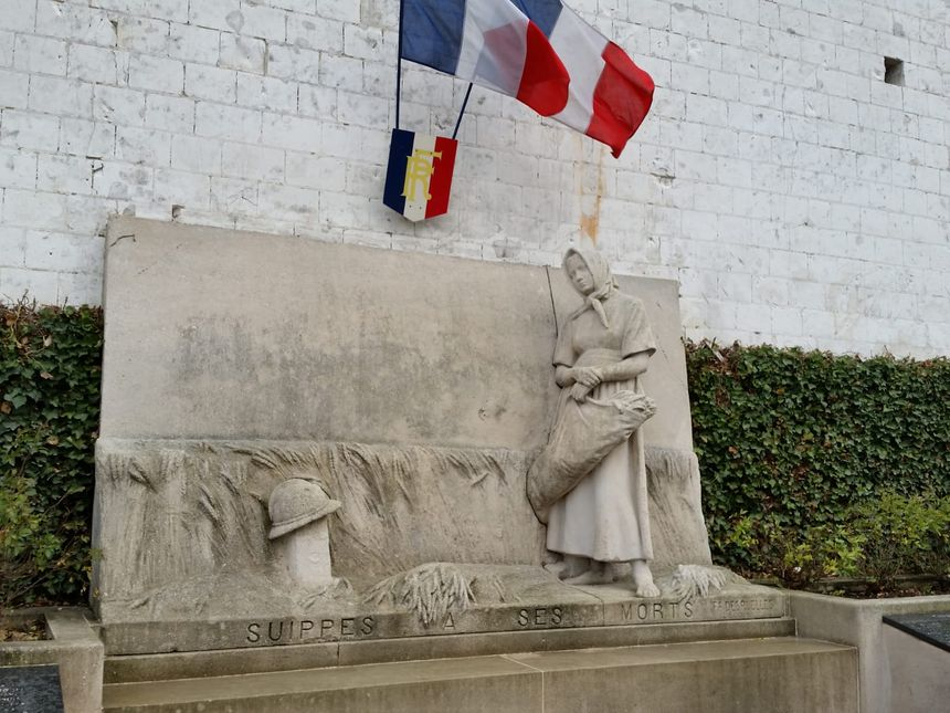Le monument aux morts à Suippes, dans la Marne.
